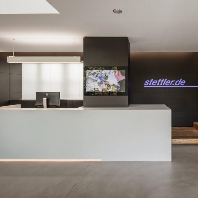 Nickel und Wacher Architekten Bamberg – Neues Entrée für Stettler Kunststofftechnik in Untersteinach